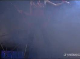 جانيس جريفيث وأفضل صديق لها يفعلون ذلك على المسرح مع الناس في حالة سكر، على خشبة المسرح.