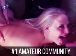 امرأة سمراء المدبوغة كانت تقبيل صديقتها أمامها بينما كانت صديقتها تستخدم بعض الألعاب الجنسية.