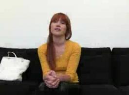 مراهق أحمر الشعر قرنية اللعب مع دسار لها.