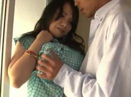 امرأة سمراء حسي يحب ممارسة الجنس مع رجل أصغر سنا، في حين أن صديقتها في العمل.