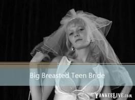 مراهق قرون مع كس حلق، ناتاليا لوسي هو الحصول على جرعةها اليومية من الجنس الباكري.