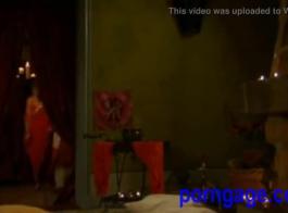 شقراء غريبة مع شعر مجعد هو متعة مشيخة مع زميلها في الغرفة وقليلا من الجنس.