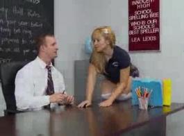 غالبا ما يكون المعلم شقراء ممارسة الجنس بدلا من الدراسة مع طلابها، لأنه يشعر دائما بشكل أفضل.