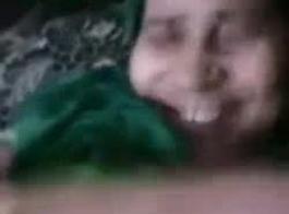 امرأة خشب الأبنوس قديم في النايلون يأخذ الوجه الجيد ..