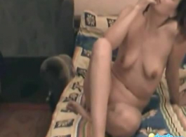 جبهة مورو الروسية ومراهقة لديها عمل مثليه مذهل، مما يجعل الحب على أريكة.