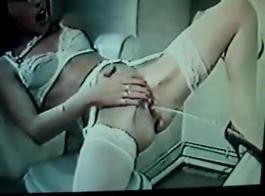 تشارى هيلون في جوارب سوداء حبل يلعب لعبة الجنس.