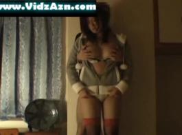 فتاة كبيرة الصدر تعريض في بيكيني.