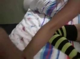 سمراء حلوة الهواة بالإصبع في جوارب طويلة.