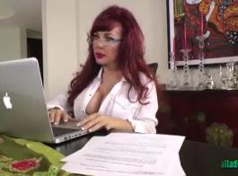 امرأة سمراء مثير يغوي صديقتها الوشم وسألته أن يمارس الجنس مع أدمغتها القذرة.