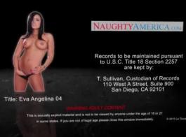 فتاة مفلس، إيفا أنجلينا هي الحصول على حمارها ضيق مارس الجنس، لفترة من الوقت، في الحمام.