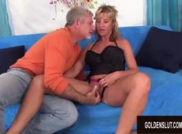 امرأة شقراء ناضجة وحبيبها قرنية تفعل بعض الأشياء العاطفية على الأريكة.